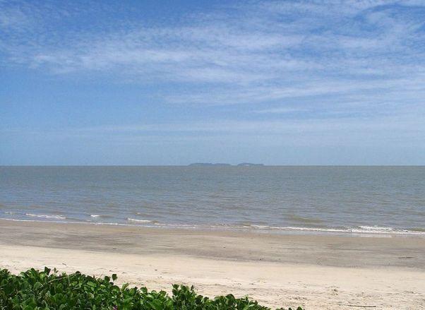 800px-Kourou_beach_islands_salut