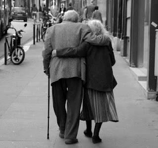 Photo de vieux couple de dos.jpg