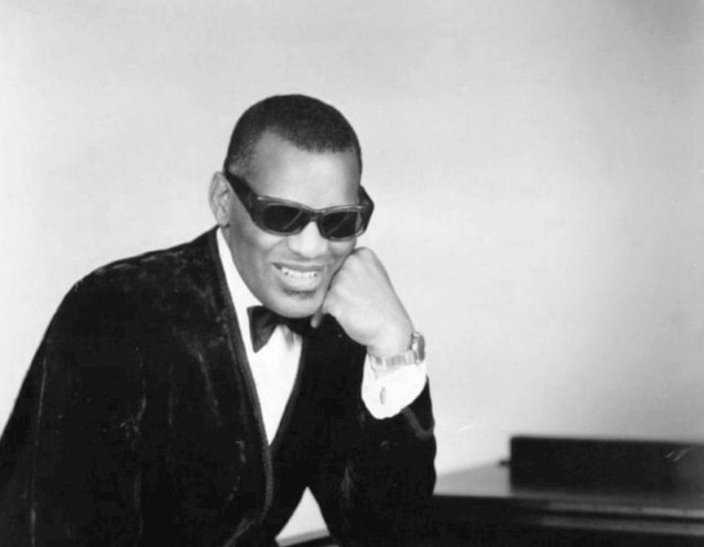 800px-Ray_Charles_classic_piano_pose